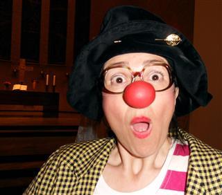 05-rette-sichwer-kann-gisela-matthiae-als-clownin-auf-hoher-see-im-kirchenschiff-foto-anna-muller-heidelberg-mobil
